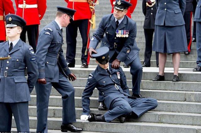 İngiliz asker Kraliçe 2. Elizabeth'in doğum günü kutlamalarında bayıldı