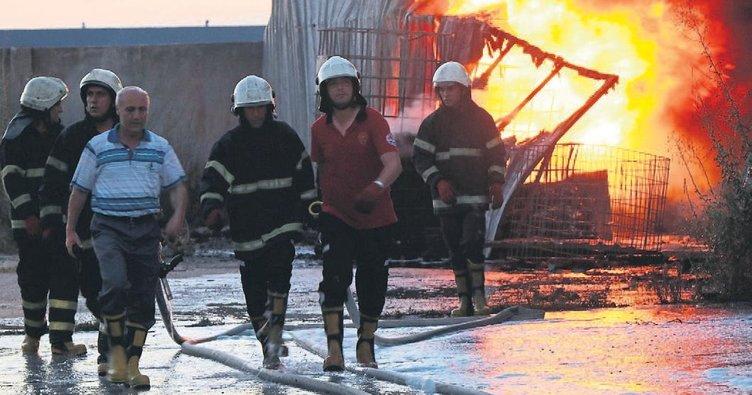 Yangını söndürdüler kendilerini serinlettiler