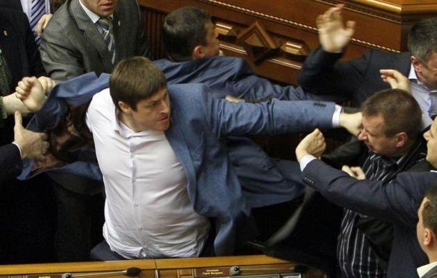 Ukrayna Parlamentosu'nda kanlı kavga