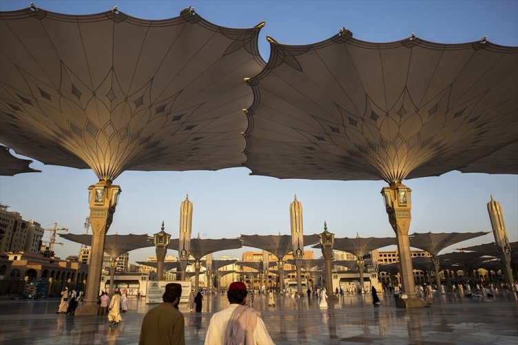 Hacılar Medine'deki kutlu mekanları ziyaret ediyor