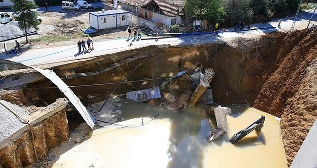 İş makineleri sulara gömüldü