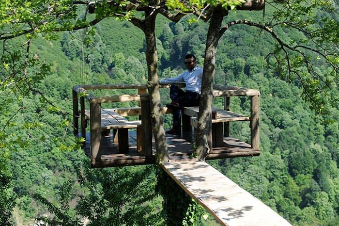 Rafting izlemek için ağaca balkon yaptı