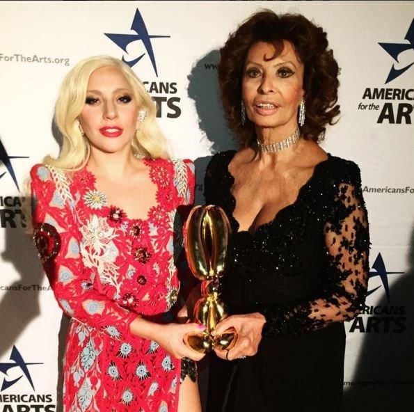 Lady Gaga elbisesinin azizliğine uğradı