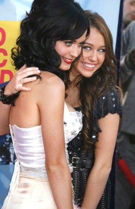 Miley Cyrus Katy Perry ile öpüştü