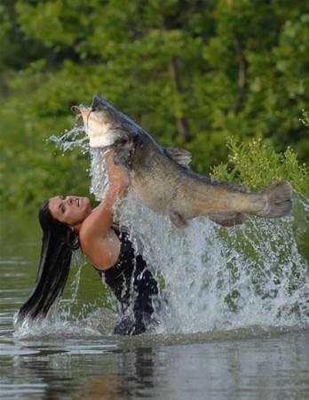 Balıkları elleriyle yakaladılar