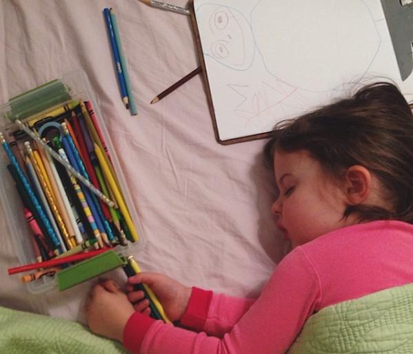 Her gece resim yaparken uyuyakalan minik prenses
