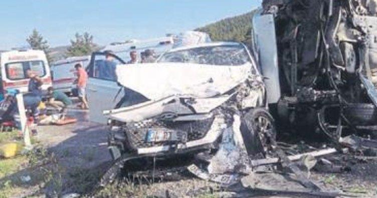 Karavanla otomobil çarpıştı: 9 yaralı