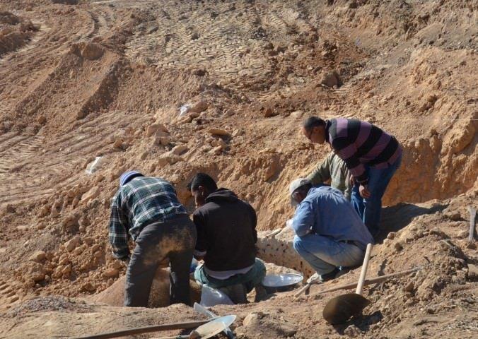 Ev temelinde 3 ayrı lahit mezar bulundu
