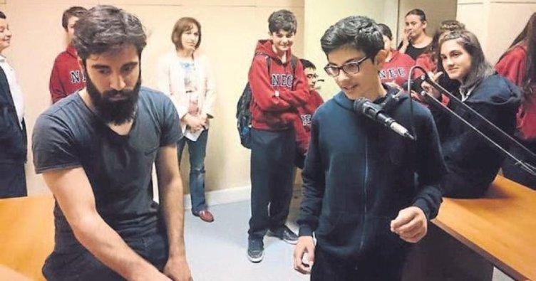 Kolej öğrencileri iletişim fakültesinde