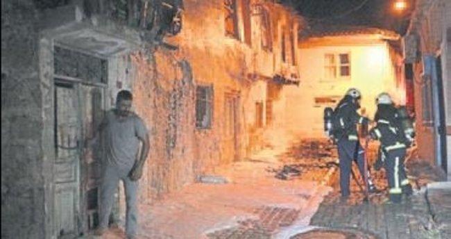 Antalya'da ahşap ev yandı ve çöktü