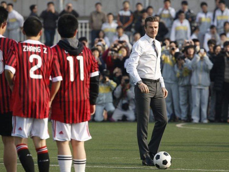 Beckham'dan kravatlı, kunduralı futbol şov