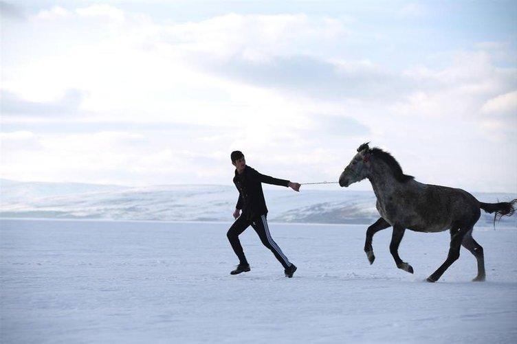 Çıldır Gölü'nde atlı kızak