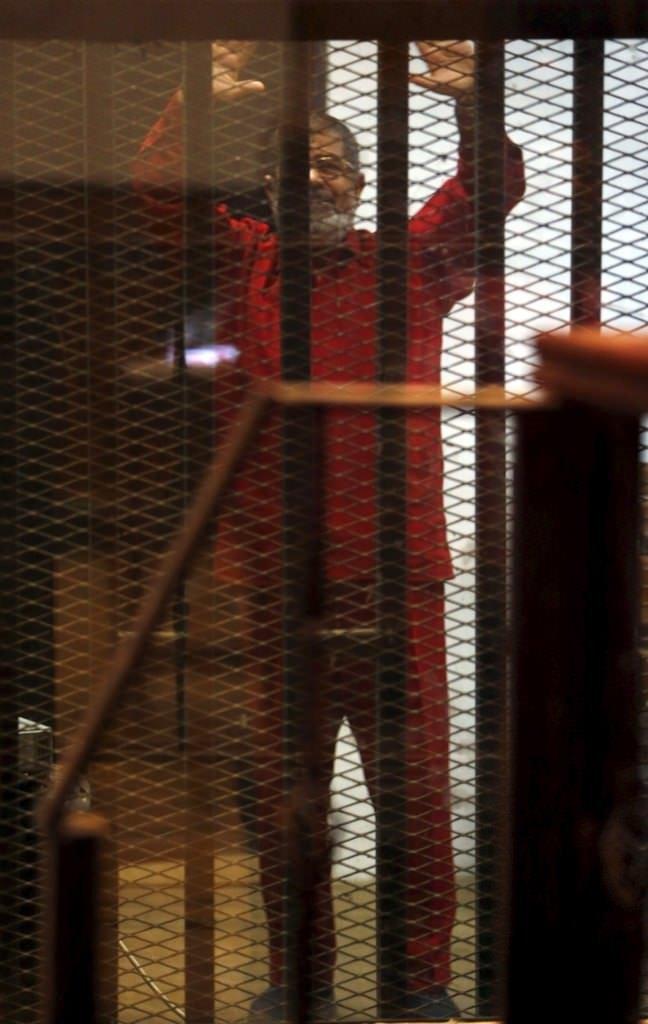 Mursi ilk kez idam mahkumu kıyafetiyle mahkemede