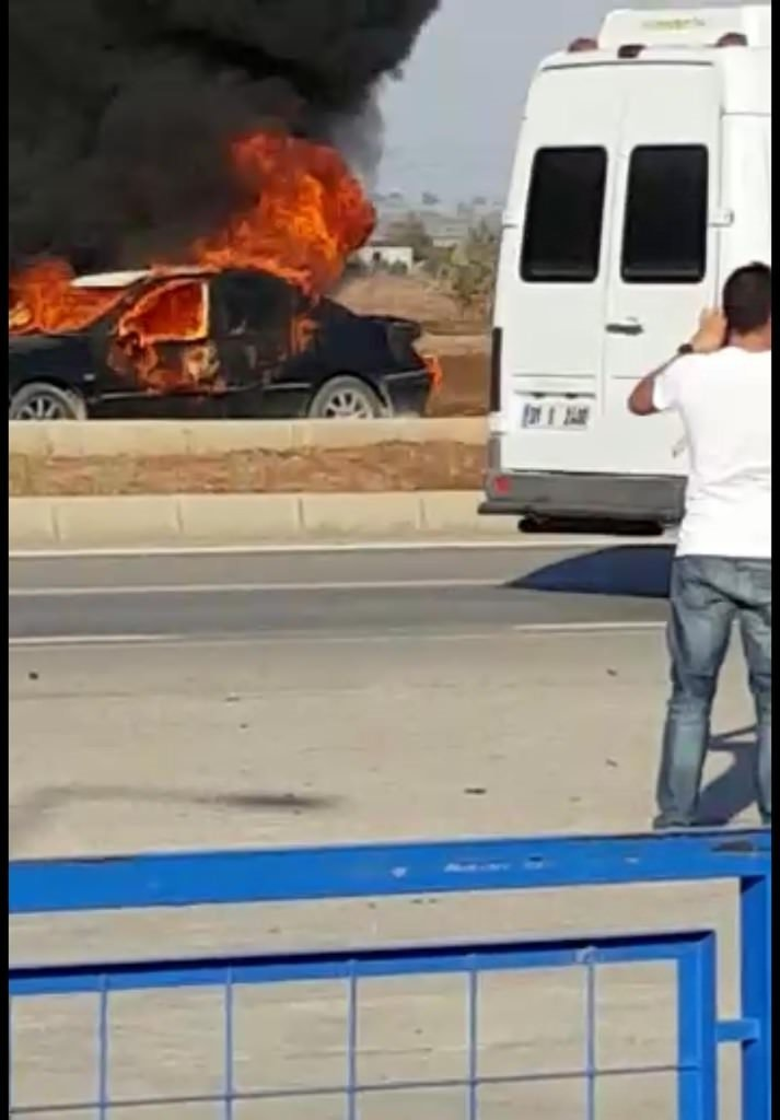 Alev alan otomobildeki 2 kişi yaralandı