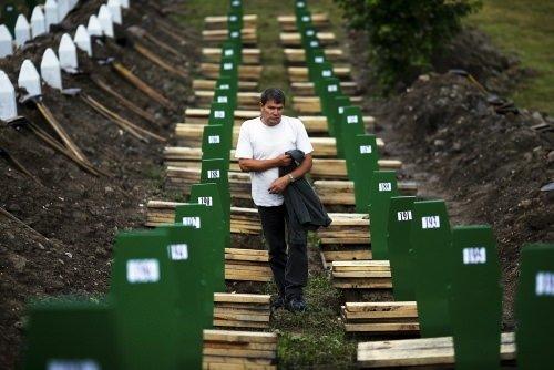 Srebrenitsa kurbanları gözyaşlarıyla defnedildi