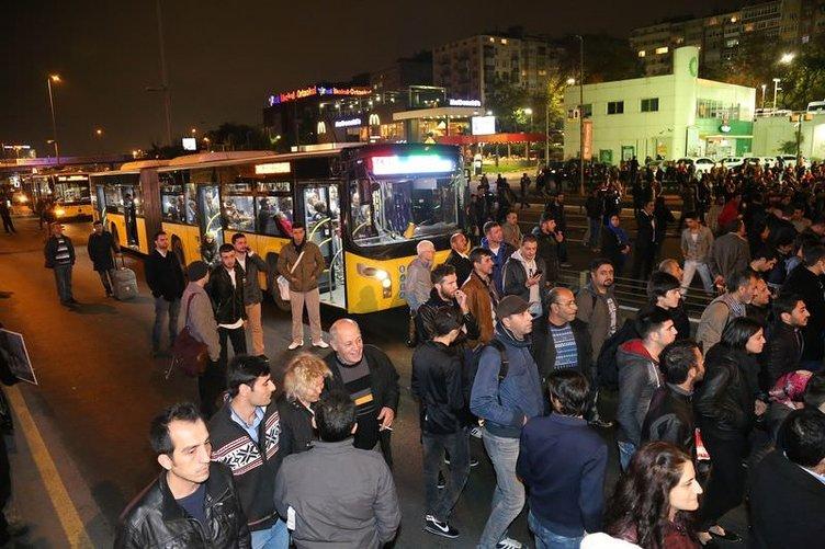 Zeytinburnu'nda minibüs metrobüsle çarpıştı