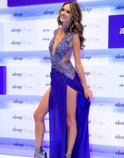 Alessandra Ambrosio yırtmacını kendi açtı