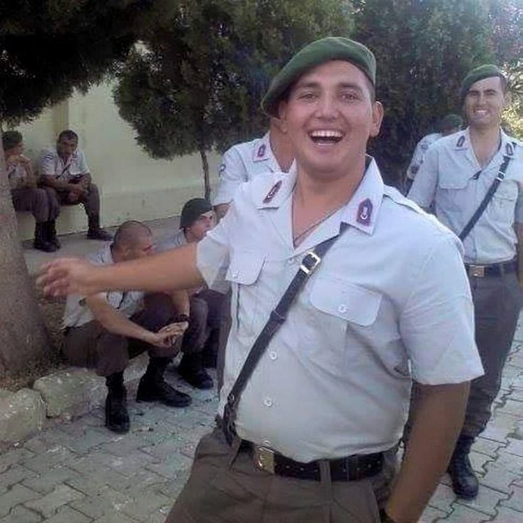 İzindeki asker kozalak toplarken merdivenden düşüp öldü