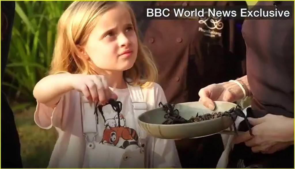 Angelina Jolie çocuklarıyla birlikte örümcek yedi!