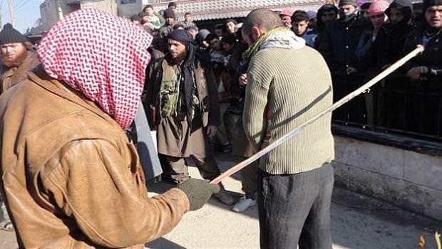 IŞİD org çalan gençleri sopadan geçirdi