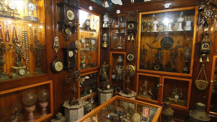 Antika eşyalarını müzede sergiliyor