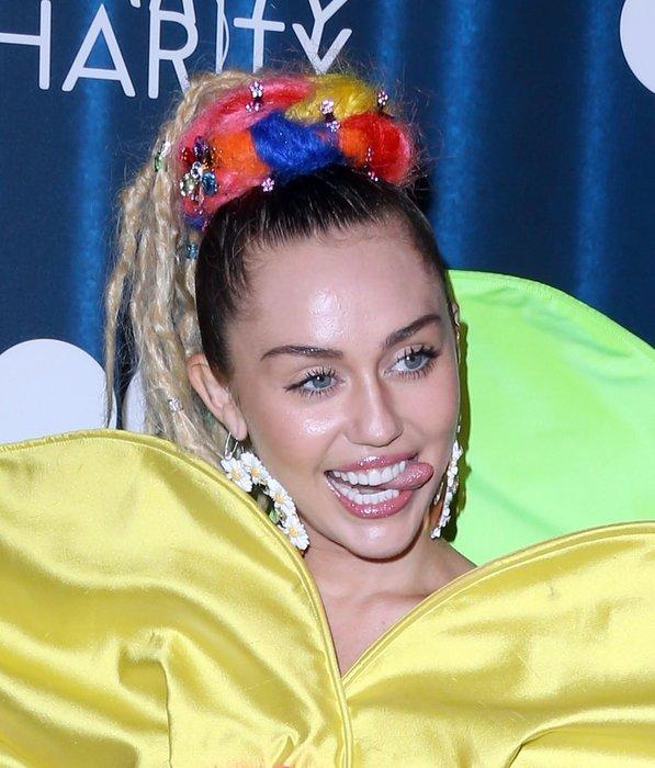 Miley partide çiçek gibi açıldı!