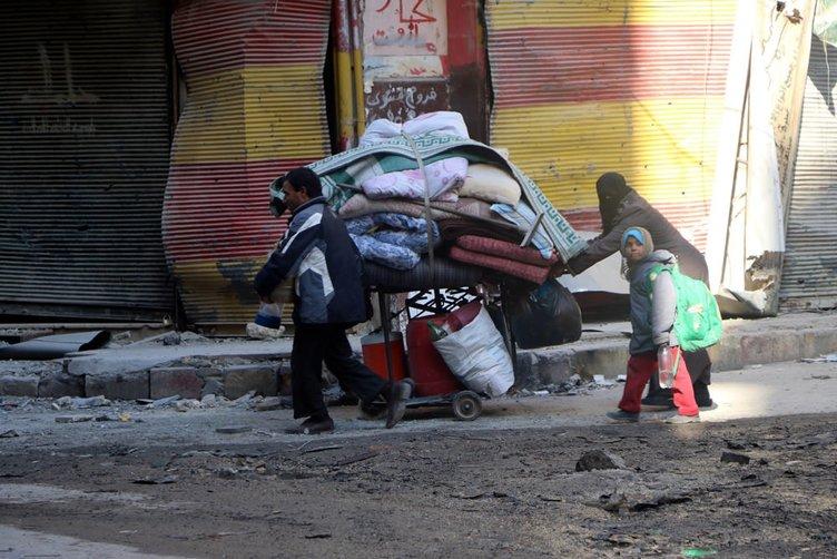 Halep'te siviller rejim bombardımanından kaçıyor