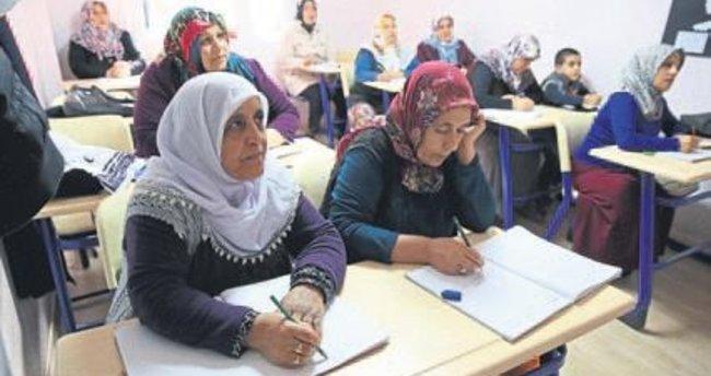 Roman kadınlar Buca'da okuma-yazma öğreniyor