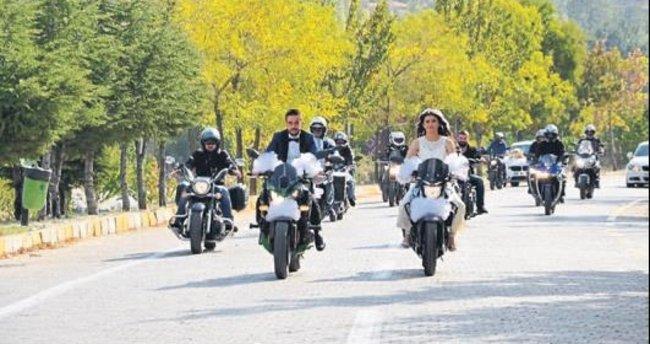 Motosikletli düğün konvoyu