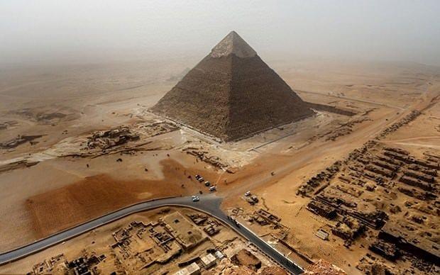Piramitlere tırmanan turist gözaltında