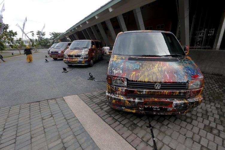 Otomobilleri sanat eserine çevirdi