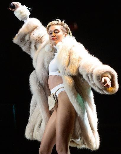 Eski nişanlısına Miley Cyrus'tan seksi cevap!