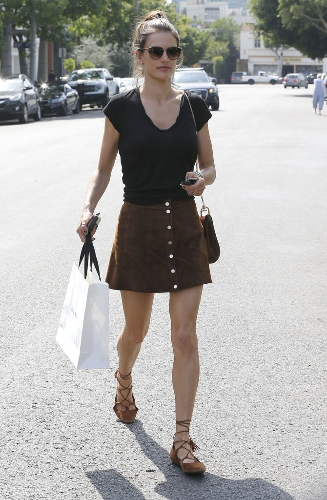 Güzel modelin sokak modası!