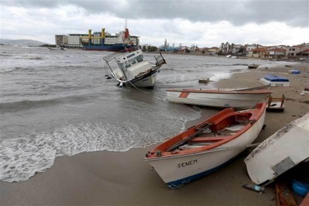 İzmir'in 'hayalet gemisi' yine sürüklendi