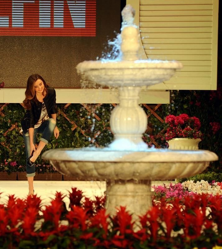 Miranda Kerr 3 milyon dolarlık takıyla podyuma çıktı