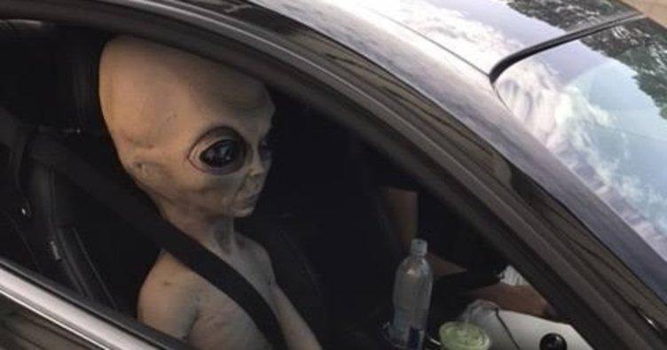 Uzaylı ile polise yakalandı!