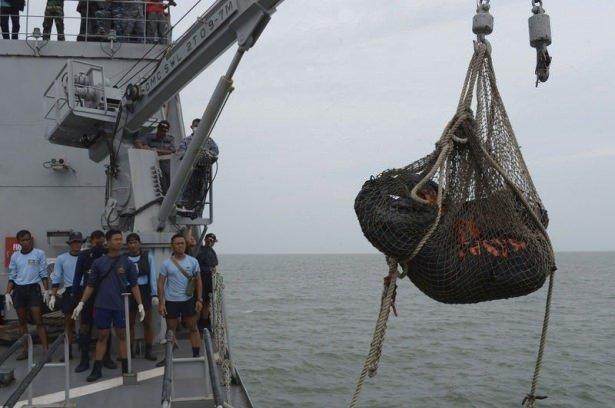 Denizden ağlarla toplanıyorlar