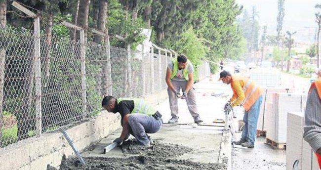 İskenderun Belediyesi kaldırımları yeniliyor