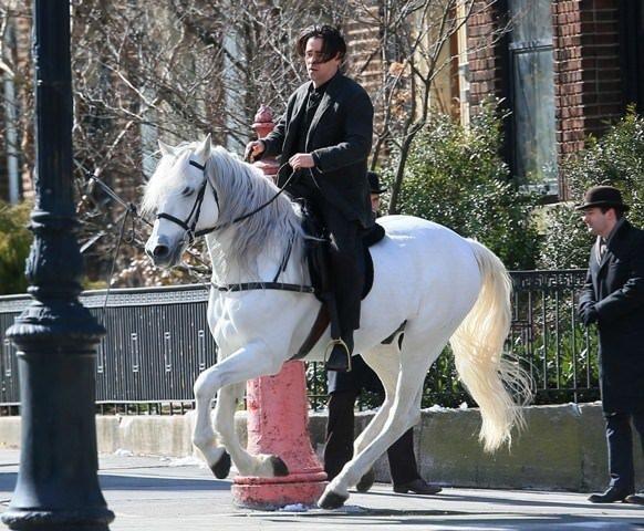 New York sokaklarında atla gezdi