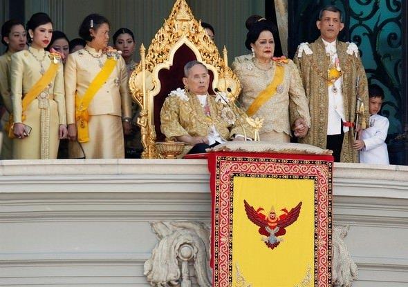 Kral ölünce ülke yasa boğuldu