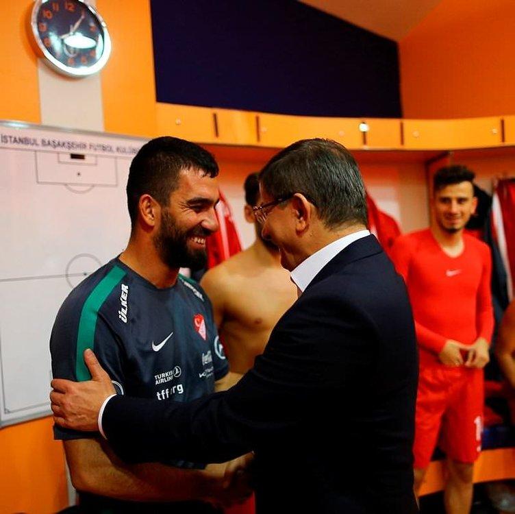 Davutoğlu ve Çipras maçtan sonra soyunma odasına indi ve...