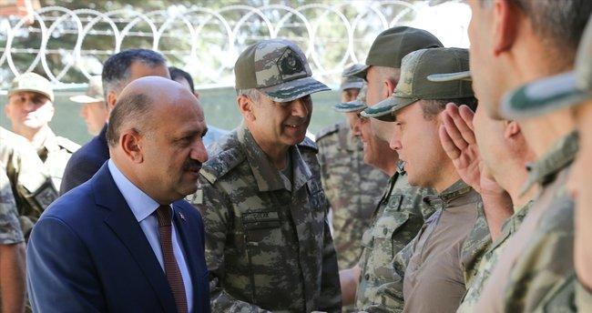 Savunma Bakanı ve Kara Kuvvetleri Komutanı sınır birliklerinde incelemede bulundu