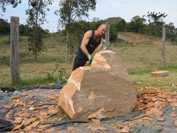 Dev kayayı parçalayıp sanata çevirdi