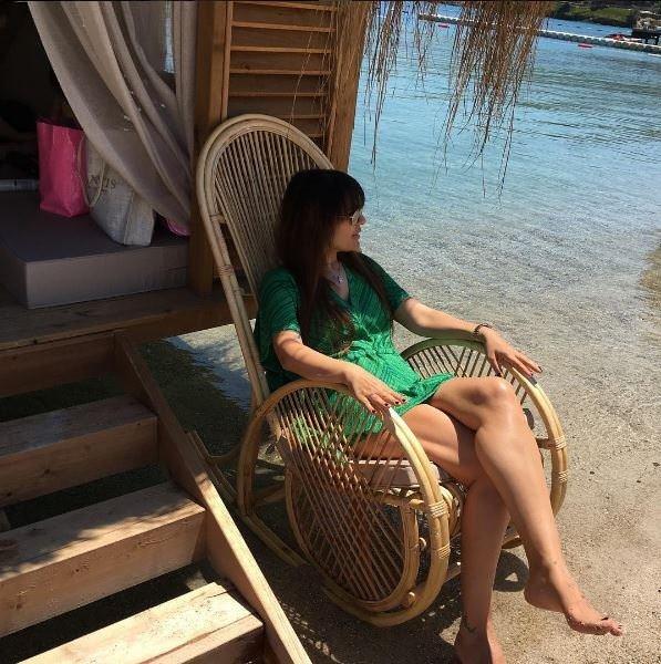 Demet Akalın halk plajında