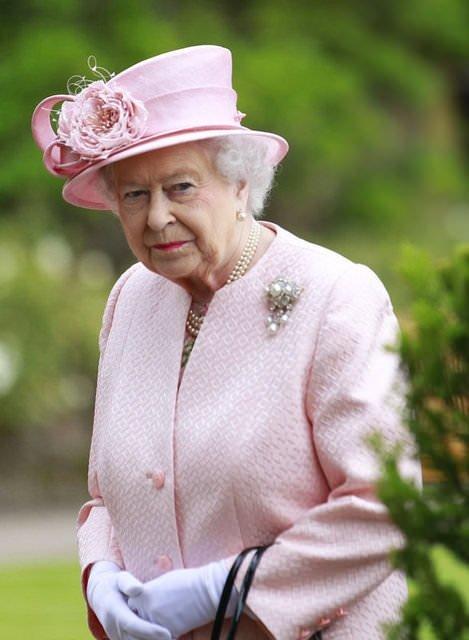 Saç savaşını Kraliçe kazandı!