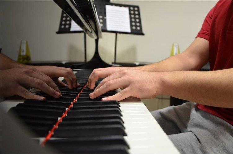 Hedefini Cumhurbaşkanı'nın hediyesi piyanoyla gerçekleştirecek