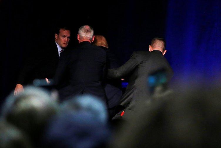 Trump, güvenlik gerekçesiyle kürsüden indirildi