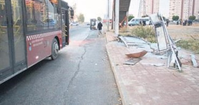 Otobüs durağını yerle bir etti