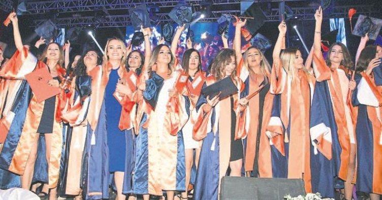 İEÜ'de mezuniyet coşkusu
