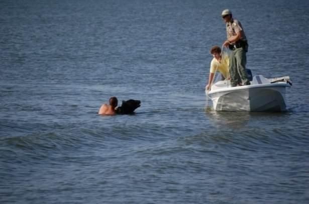Denizin ortasında 170 kiloluk ayıya sarıldı ve...